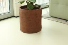 Handgemaakte aardewerken cilindervormige pot rood